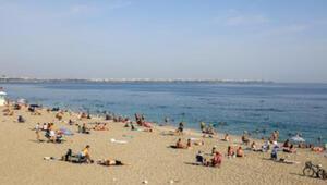 Antalyada hava yaz aylarını aratmadı, sahiller doldu