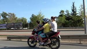 Motosiklet üzerinde 2si çocuk 4 kişinin tehlikeli yolculuğu kamerada