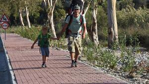 Rus biyolog, 5 yaşındaki oğluyla Likya Yolunda yürüyor