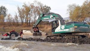 Traktör suya gömüldü, böyle kurtarıldılar