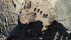 Aizanoi Antik Kentinin tiyatrosunda eseri inşa eden taş ustalarına da loca ayrılmış