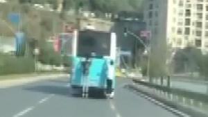 İETT otobüsünün arkasında çocukların tehlikeli yolculuğu kamerada