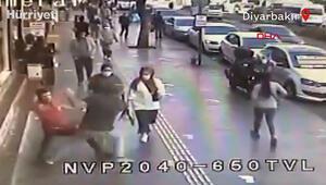 Yolda yürürken bir anda hayatının şokunu yaşadı ilginç anlar kamerada