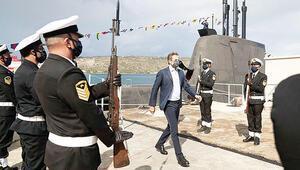 Yunanistan şov peşinde Miçotakis denizaltına indi, Meis'e dev bayrak çektiler