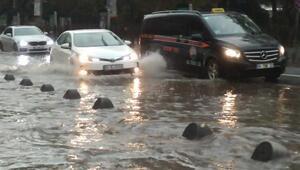 İstanbulda kuvvetli yağış Sürücüler ve yayalar zor anlar yaşadı
