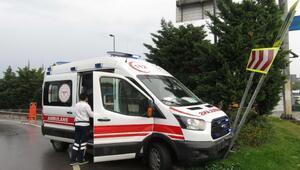 İstanbulda yağış etkili oldu. Ambulans kaygan yolda refüje çıktı
