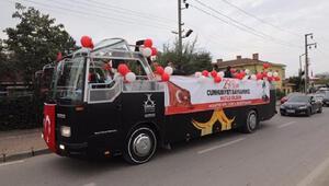 Darıca'da üstü açık otobüsle Cumhuriyet kutlaması