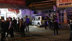 Hafif ticari araç, market önünde yemek yiyenlere çarptı
