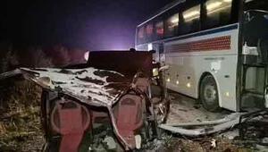 Feci kazada hayatlarını kaybettiler İkiye bölünen otomobilden yola fırladılar