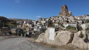 Kaya üzerinde bulunan mezar, yerli ve yabancı turistlerin ilgi odağı oldu