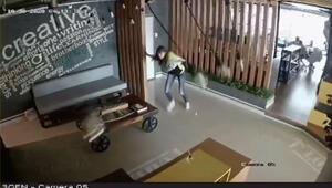 Depremin şiddeti iş yeri kameralarına yansıdı
