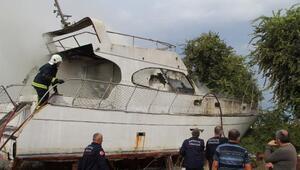 Manavgatta hurda tekne yangını
