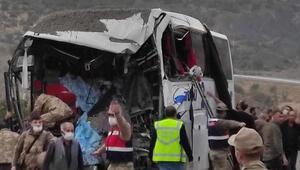 Son dakika... Bitliste TIR ve yolcu otobüsü çarpıştı Ölü ve yaralılar var