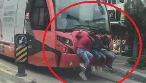 Bursada 3 çocuğun tramvayda tehlikeli yolculuğu kamerada