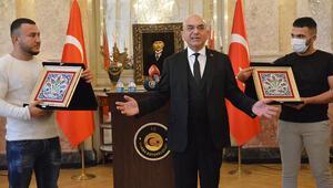 Viyana Büyükelçiliği'nden kahraman Türk gençlere plaket