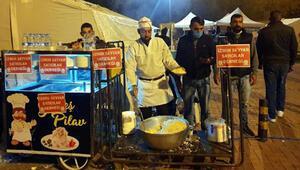 Seyyar satıcılar, depremzedelere tavuklu pilav ve ayran dağıttı