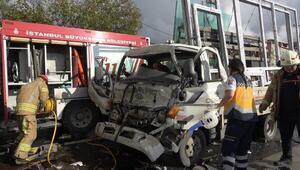 Arnavutköyde TIRla kamyonet çarpıştı; 3 yaralı