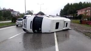 Termede minibüs devrildi: 2 yaralı