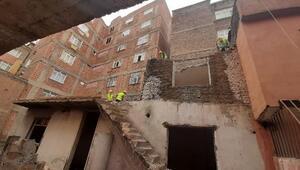 Bağlarda 20 yıldır metruk haldeki bina yıkıldı