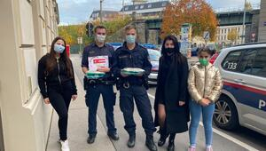 Türk gençlerden Viyana polisine destek