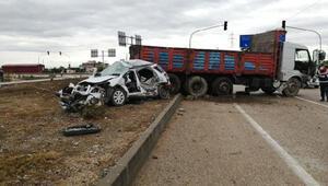 Kozanda kamyon ile otomobil çarpıştı: 1 ölü, 2 yaralı