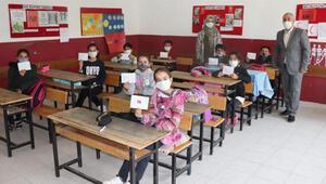 Öğrenciler, yazdıkları mektupları harçlıklarıyla birlikte depremzedelere gönderdi