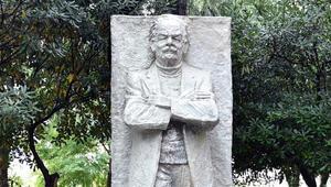 Beşiktaş'ta yakılan Melih Cevdet Anday'ın heykeli onarıldı