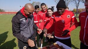 Gençlerbirliğinde Başakşehir hazırlıkları Mert Nobrenin doğum günü kutlandı...