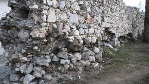 İzmirdeki depremde Tsunaminin vurduğu Sığacıkta Osmanlı kalesi de hasar gördü
