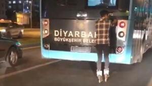 Diyarbakırda otobüsün arkasına takılan patenli gencin tehlikeli oyunu