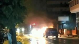Küçükçekmecede park halindeki otomobil alev alev yandı