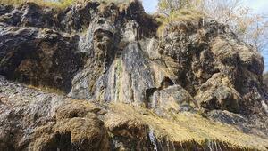 Ağlayan Kayalar yoldan geçenlerin ilgi odağı oldu