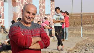 Komşusunun kitabıyla öğretmen oldu, başkaları da olsun diye köy köy geziyor