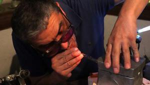 Cama üfleyerek, binlerce yıllık parfüm, zehir ve gözyaşı şişelerinin kopyasını yapıyor