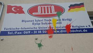 Almanya'da bir camiye boyalı saldırı bir camide hırsızlık girişimi