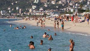 Antalyada plajlar yaz aylarını aratmıyor