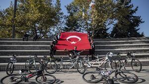 Anıtkabiri ziyaret etmek için 500 kilometre pedal çevirdiler