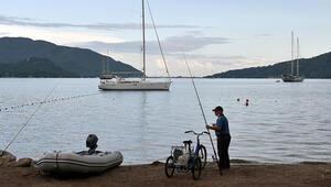 Marmaris plajlarından turistler çekildi, yerini olta balıkçıları aldı