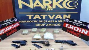 Polis devriyesinde, 3 kilo uyuşturucu ve silahla yakalandılar