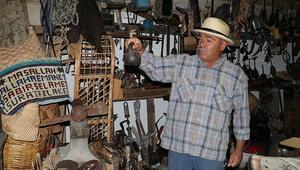 Evindeki antika eşyalar ziyaretçilerini tarihi yolculuğa çıkarıyor