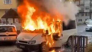 Rizede, park halindeki minibüs alev alev yandı