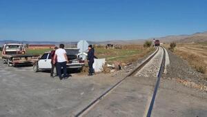 Hemzemin geçitte tren otomobille çarpıştı