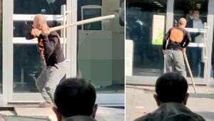 Zeytinburnunda banka şubesine sopalı saldırı kamerada