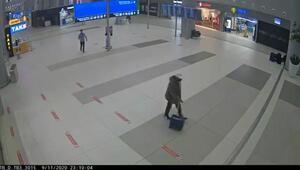 Havalimanında şüpheli yolcunun üzerinden 100 cep telefonu çıktı