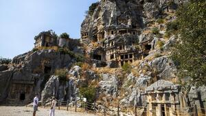 Likya Birliğinin altı büyük kentinden biri olan: Myra Antik Kenti