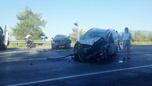 Antalyada hafif ticari araç ile otomobil çarpıştı: 6 yaralı
