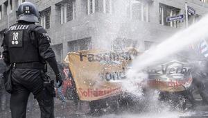 Polis tazyikli suyla dağıttı