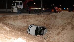Otomobil kanalizasyon çukuruna düştü: 3 yaralı