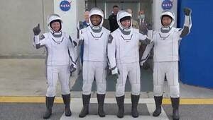NASA SpaceX roketini altı aylık görev için dört astronotla fırlattı