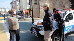 Maskesini takmadı, kendisine ceza kesen polisle tartıştı
